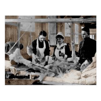 Weltkrieg-Armee-Krankenschwester und Personal mit Postkarte