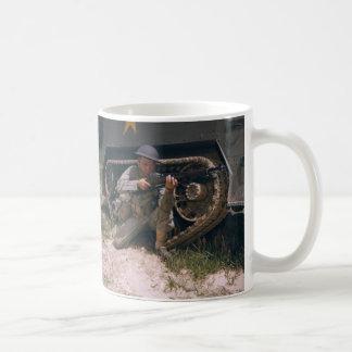 Weltkrieg-Soldat, der mit Garand Gewehr knit Kaffeetasse