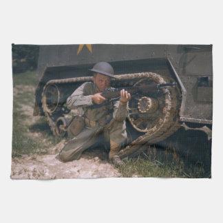 Weltkrieg-Soldat, der mit Garand Gewehr knit Küchenhandtücher