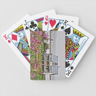 Wenig Haus mit einem Feld der Blumen Bicycle Spielkarten