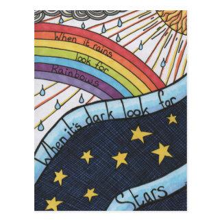 Wenn es regnet, suchen Sie nach Regenbogen Postkarte