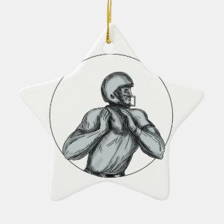 Werfende Fußball-Tätowierung des Quarterback-QB Keramik Ornament