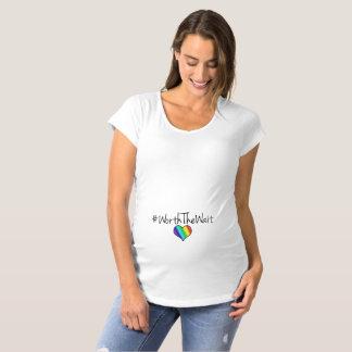 Wert das Wartezeit-Regenbogen-Herz Umstands-T-Shirt