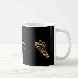 Wie eine Motte zu einer Flammen-Geschenk-Tasse Tasse