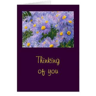 """Wilde lila Astern """", die an Sie"""" grüßend denken Karte"""