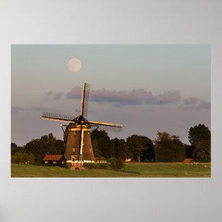 Windmühle unter einem horizontalen Plakat des