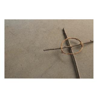 Winkliges keltisches Kreuz in den Stöcken und in Holzdruck