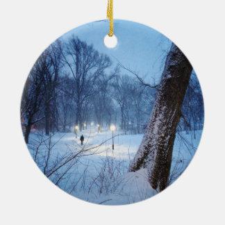 Winter-Lichter auf einem Wicklungs-Weg Rundes Keramik Ornament
