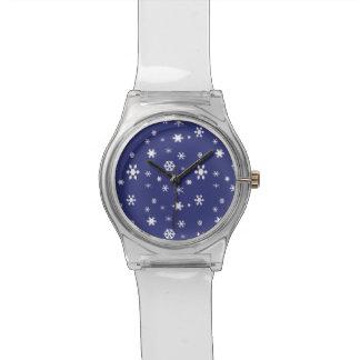 Winter-Märchenland-Weiße Schneeflocken auf Blau Uhr