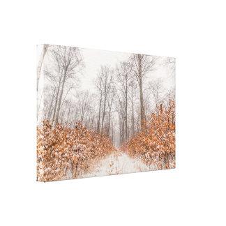 Winterlandschaft mit Schnee auf orange Blätter Leinwanddruck