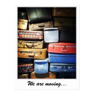 Wir bewegen Stapel Koffer Postkarte