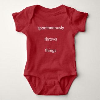 Wirft spontan Sachen Baby Strampler