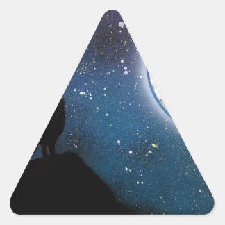 Wolf, der an der Mond-Sprühfarbe-Kunst-Malerei Dreieckiger Aufkleber