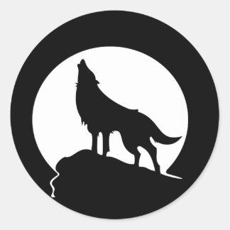 Wolf, der mit einem runden Aufkleber des Vollmonds