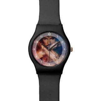Wunder-Frau, die mit Armbändern blockiert Armbanduhr