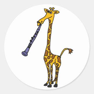 XX Giraffe, die den Clarinet spielt Runder Aufkleber