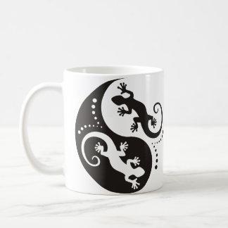 YIN u. YANGGeckosschwarzes + Ihr Hintergrund u. Kaffeetasse