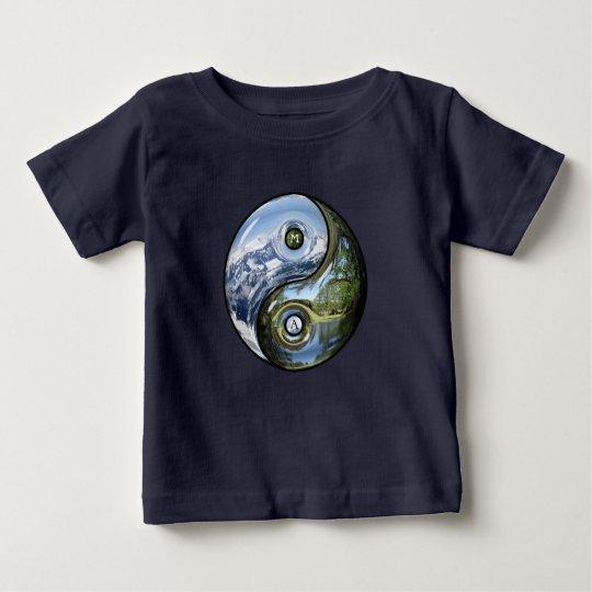 Yin und Yang als Planeten-Erde mit Ihrem Monogramm Baby T-shirt