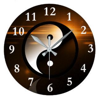 Yin und Yangs runde Wanduhr