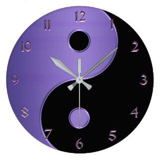 Yin Yang im Lavendel lila und schwarz Große Wanduhr