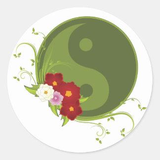 Yin Yang und Blumen Runder Aufkleber