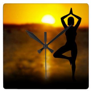 Yoga-Frau durch den Ozean an der Quadratische Wanduhr