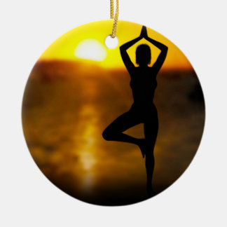 Yoga-Frau durch den Ozean an der Rundes Keramik Ornament