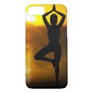 Yoga-Frau durch den Ozean an Sonnenuntergang iPhone 7 Hülle