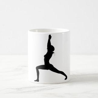 Yoga-Pose des Krieger-I in der Silhouette Kaffeetasse