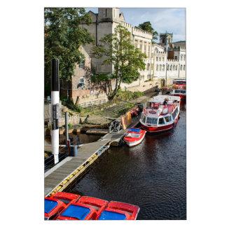 York-Stadt-Rathaus und rote Boote Memo Board
