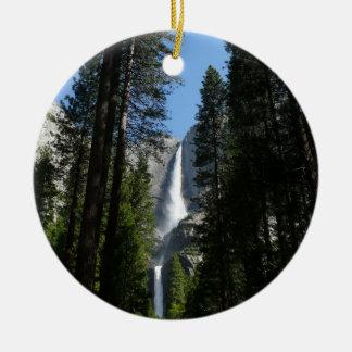 Yosemite- Falls und Holz-Landschaftsphotographie Rundes Keramik Ornament