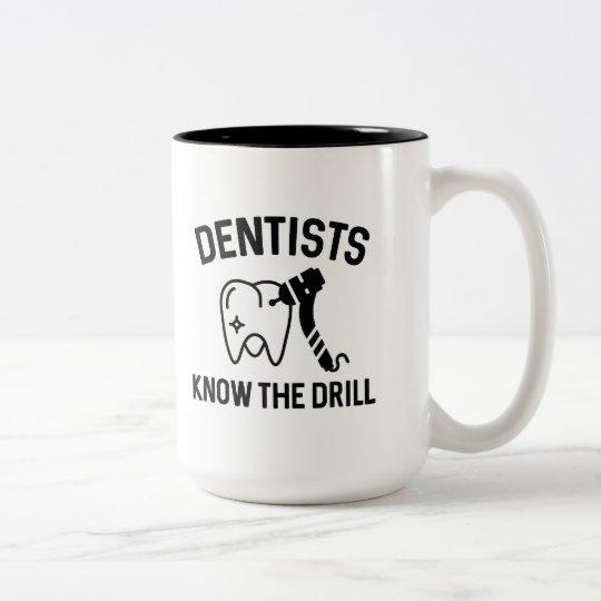 Zahnärzte kennen das Bohrgerät Zweifarbige Tasse