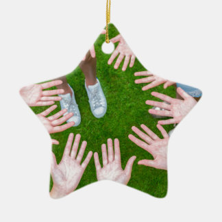 Zehn Arme der Kinder im Kreis mit Palmen der Hände Keramik Stern-Ornament