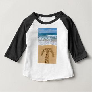 Zeichnen der Palme auf sandigem Strand Baby T-shirt