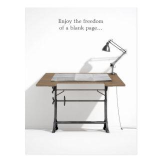 Zeichnenschreibtisch-Lampe u. leeres Papier Postkarte