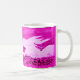 Zeigen der rosa Meerjungfrau Kaffeetasse