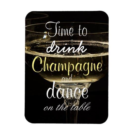 Zeit, Champagner und Tanz auf der Tabelle zu Magnet