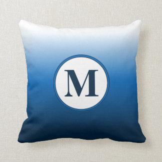 Zen-Weiß zu tiefem blauem Ombre Monogramm Kissen