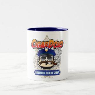 Zigarredojo-Brüder in der blauen Crew-Tasse Zweifarbige Tasse