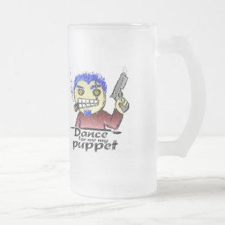 Zigarren-rauchender Verbrecher mit einem Gewehr Mattglas Bierglas