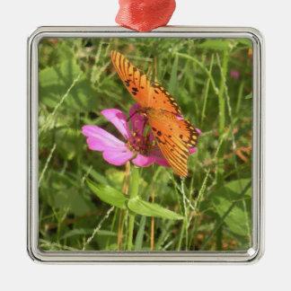 Zinnia-u. Schmetterlings-erstklassige quadratische Quadratisches Silberfarbenes Ornament