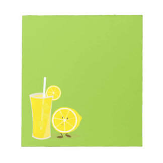 Zitronencharakter stehend nahe bei Limonade Notizblock