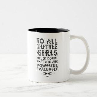 Zu allen kleinen Mädchen (Tasse) Zweifarbige Tasse