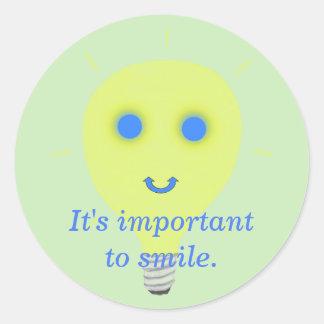 Zu lächeln ist wichtig, Glühlampeaufkleber Runder Aufkleber
