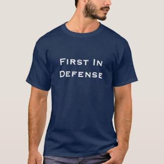 Zuerst in der Verteidigung T-Shirt