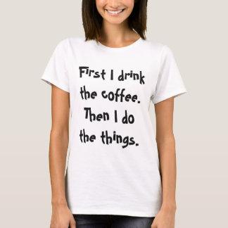 Zuerst trinke ich den Kaffee, dann, das ich das T-Shirt