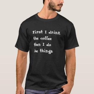 Zuerst trinke ich den Kaffee, dann, das ich die T-Shirt