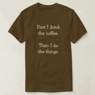 Zuerst trinke ich den Kaffee.  Dann tue ich die T-Shirt