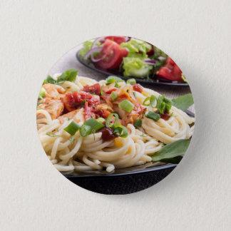 Zuhause-gekochte Mahlzeiten auf einer grauen Matte Runder Button 5,7 Cm