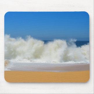 Zusammenstoßende Ozean-Wellen Mousepad